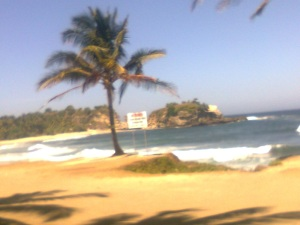 memandang dari pinggir pantai