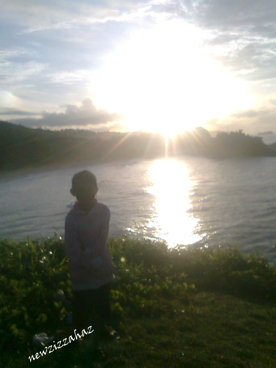 Melihat sunrise di atas pantai Klayar Apa mungkin ya… Pantai Klayar kan pantai selatan… apa mataharinya terbit dari selatan Tidak juga tuh… matahari di