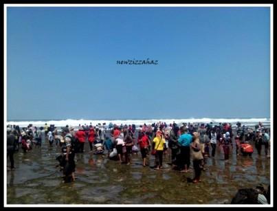 pengunjung yang memadati bibir pantai... tak ada yang berenang