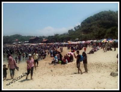 pinggir pantai yang ditanami payung