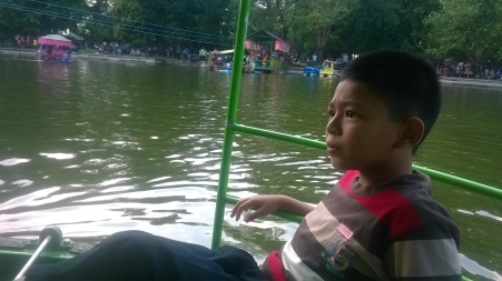 hasan santai mengayuh perahu