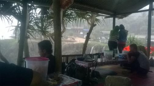 terjebak hujan... berteduh di warung sambil menikmati kuliner khas pacitan